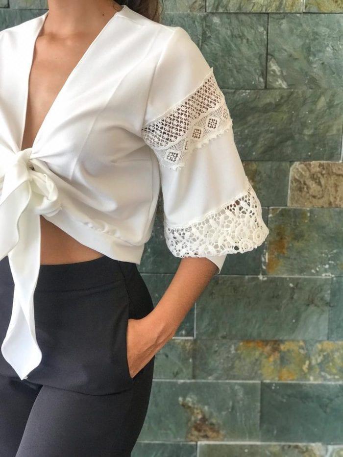 blusa de lazo con detalles en mangas y pantalon negro talle alto con bolsillos