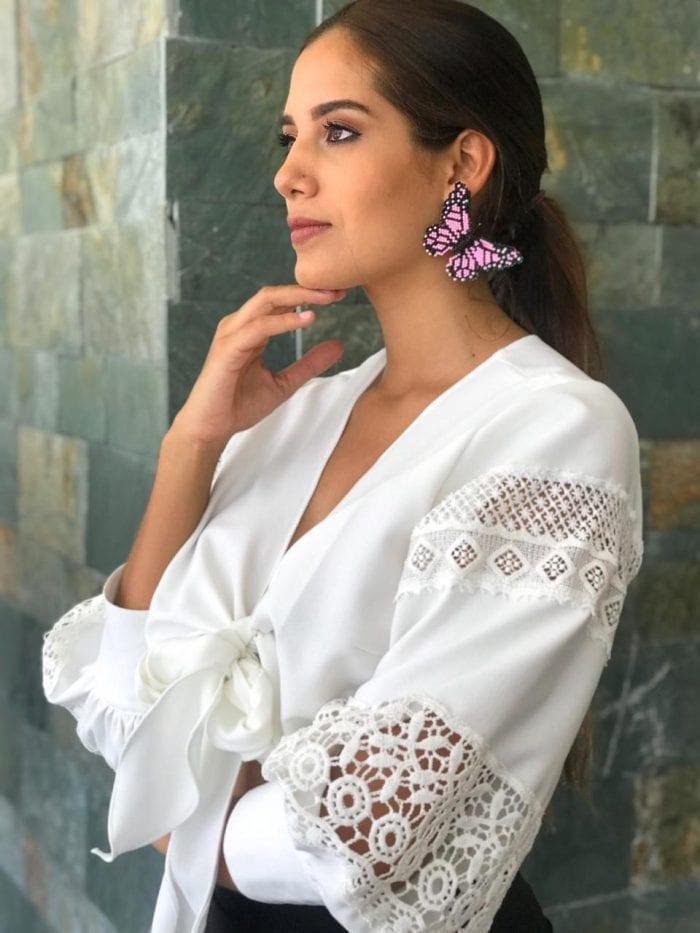 blusa de lazo con detalles en mangas y aretes mariposa tejidos en mostacilla