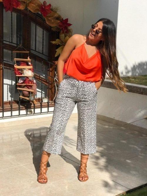 culotte de animal print y blusa babero naranja con lazo