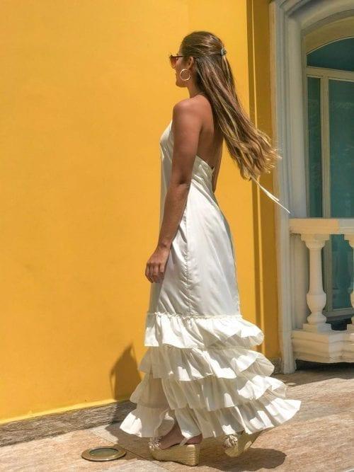 vestido beige con arandelas y escote en espalda