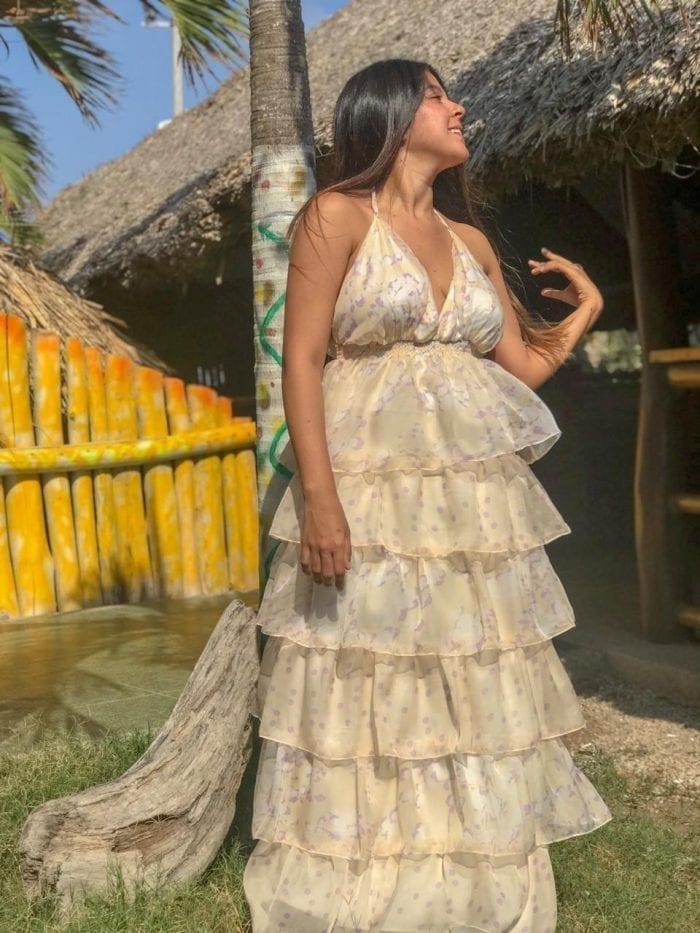 vestido florenchia en un solo tono con arandelas y escote ajustable