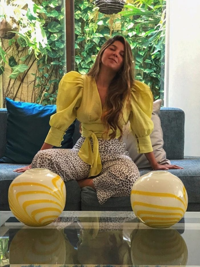 blusa-taliana-con-mangas-abullonadas-y-lazo-fabricada-en-lino-olan-con-culotte-animal-print