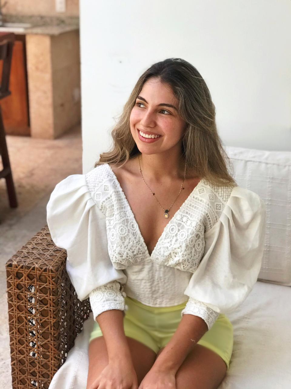 blusa-taliana-con-mangas-abullonadas-y-lazo-fabricada-en-lino-olan-con-guipu