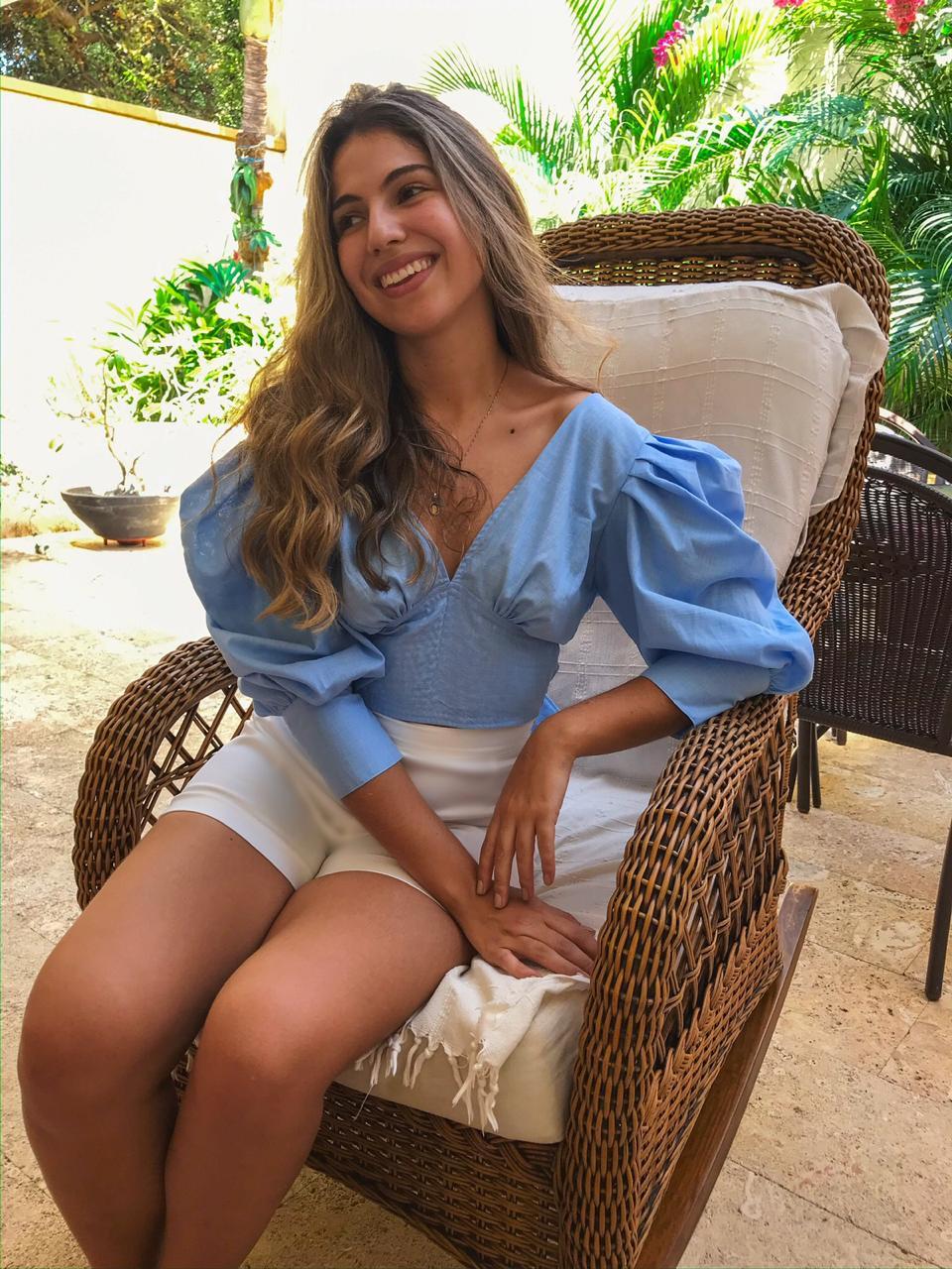 blusa-taliana-con-mangas-abullonadas-y-lazo-fabricada-en-lino-olan-con-pantalon-blanco-bota-ancha